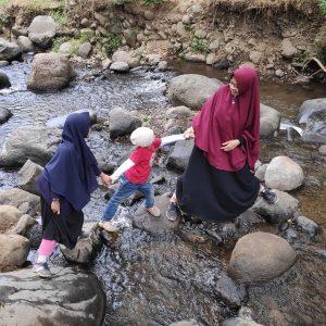 Asyiknya Bermain Air di Sungai