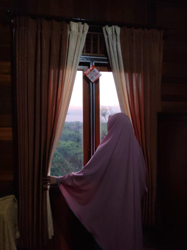Melihat Pemandangan di Jendela Wisma Agung